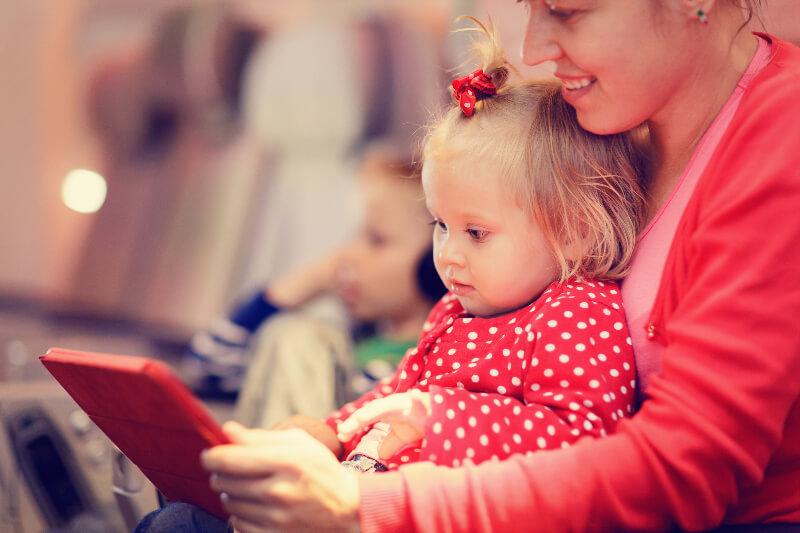 5 Trik Membuat Si Kecil Nyaman di Pesawat