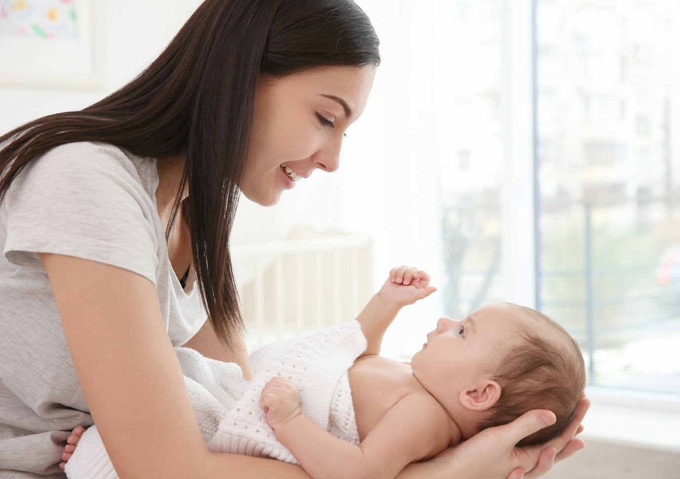 Atasi Perut Kembung Si Kecil, Salah Satunya dengan Minyak Telon Bayi