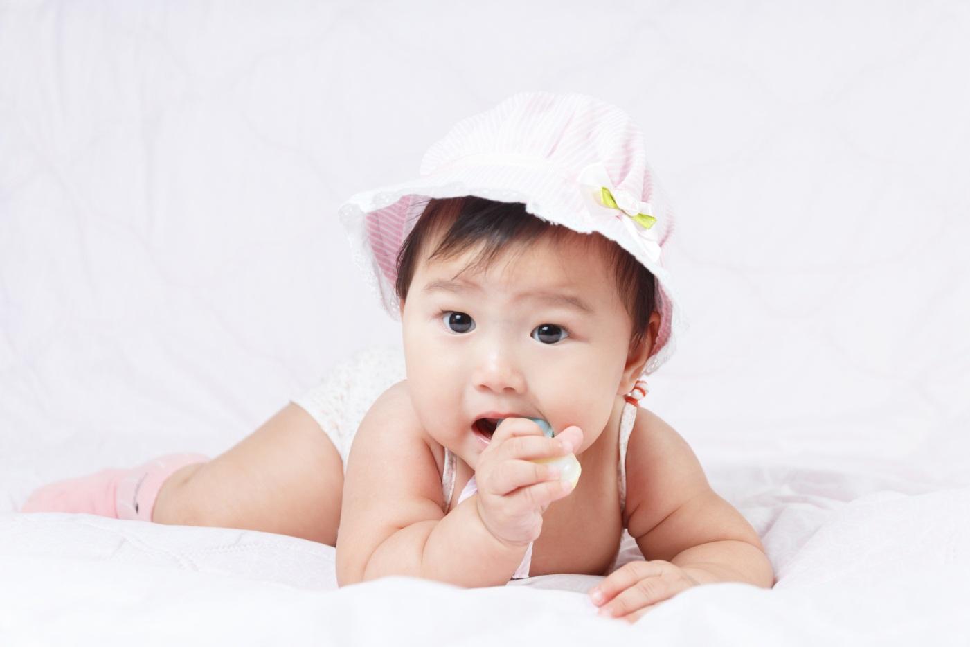Cara Mengatasi Bayi yang Suka Memasukkan Tangan Ke Mulut