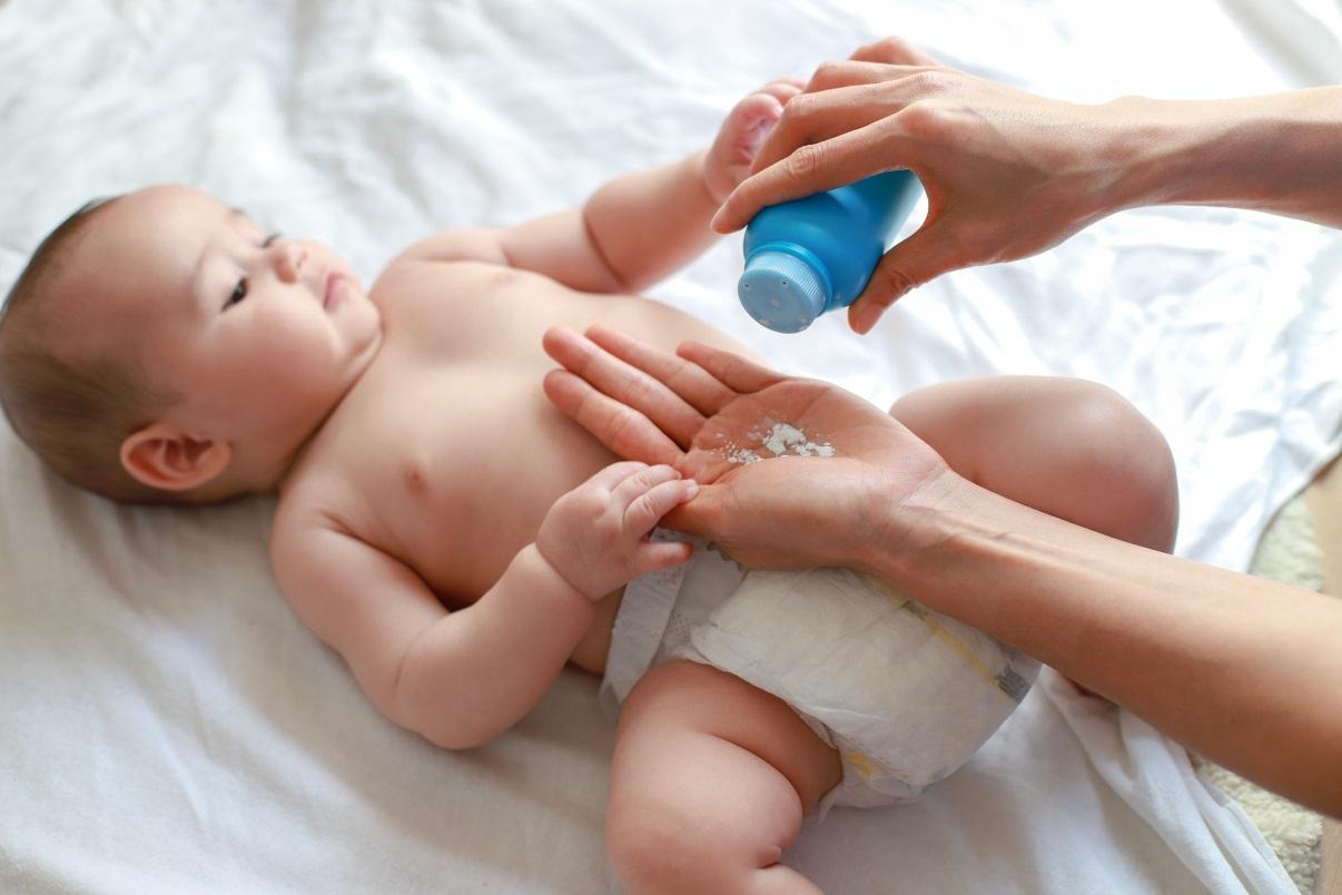 Jaga Kelembutan Kulit Si Kecil dengan Bedak Bayi Terbaik