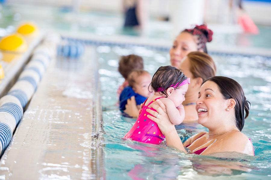 Kapan Bayi Mulai Bisa diajak Berenang?