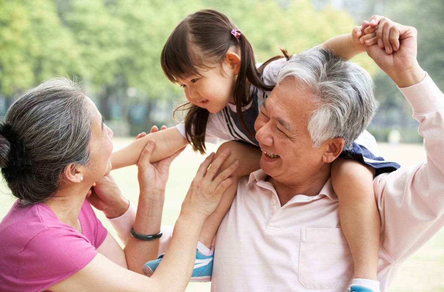 Kelebihan dan Kekurangan Anak Dekat Dengan Kakek Nenek