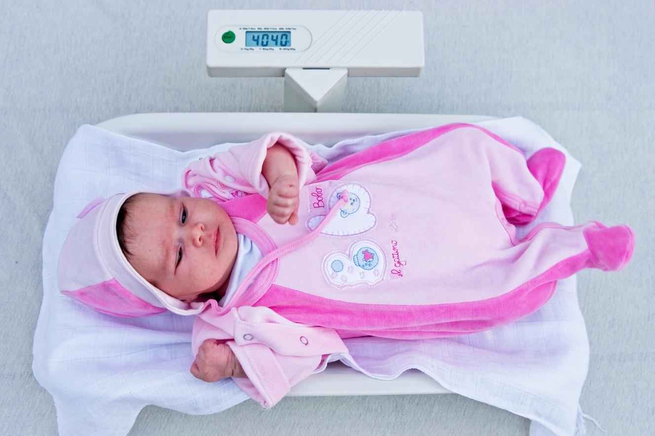 Ketahui Perkembangan Berat Badan Bayi yang Ideal