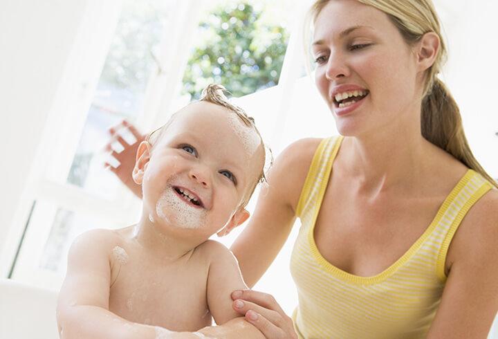 Menentukan Produk Kosmetik Aman untuk Bayi