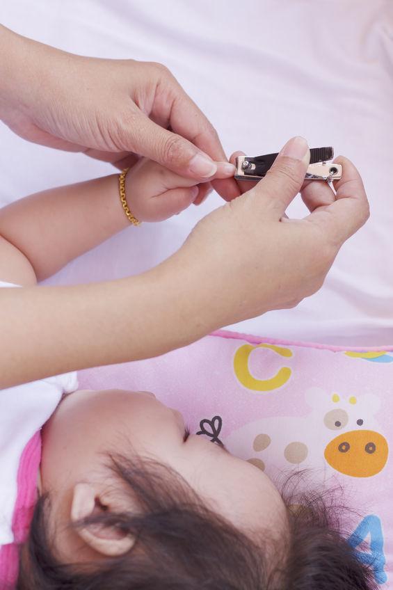 Menggunting Kuku Bayi