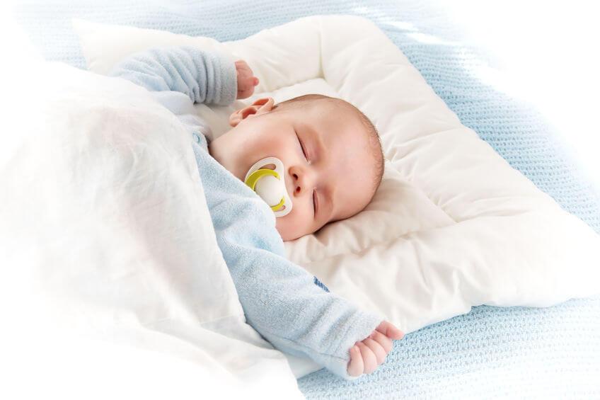 Perlukah Si Kecil Tidur Pakai Bantal?