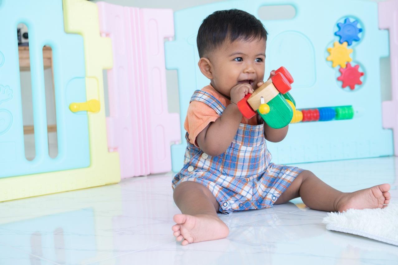 Si Kecil Sedang Fase Oral, Pastikan Mainannya Bersih Higienis