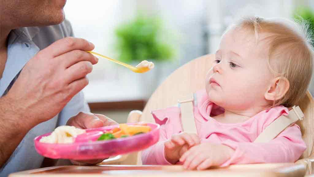 Tinggalkan Kebiasaan Tak Sehat Ini Saat Menyuapi Anak