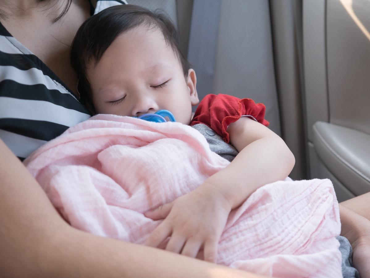 Tips Agar Bayi Tidur Nyenyak Selama Perjalanan ke Luar Kota