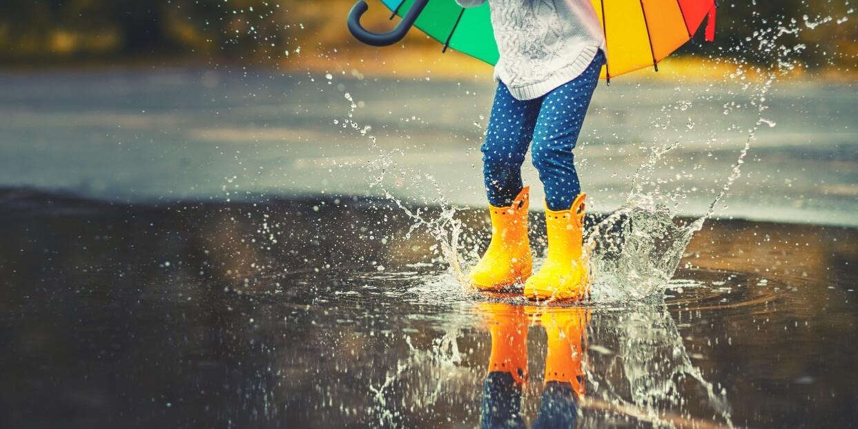 Tips Bepergian Saat Musim Hujan dengan si Kecil