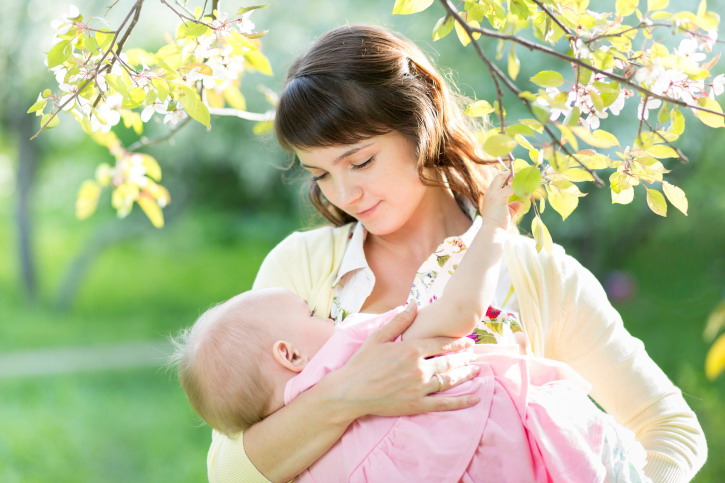 Ini Alasan Utama Jangan Sering Menggendong Bayi