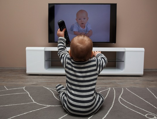 Inilah Alasan Bayi Harus Jauh Dari TV