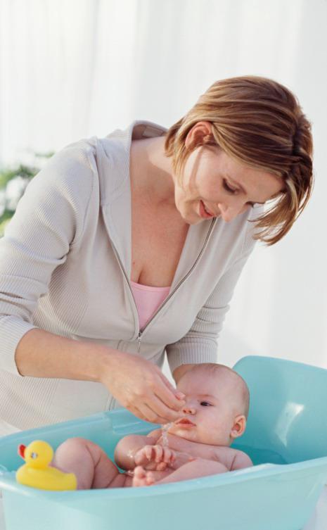 Stimulasi fun saat memandikan bayi