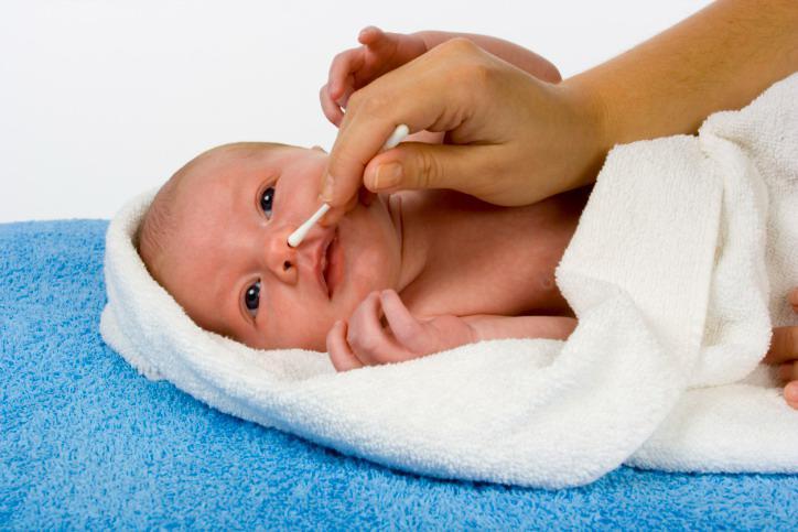 Membersihkan Kotoran Hidung Bayi