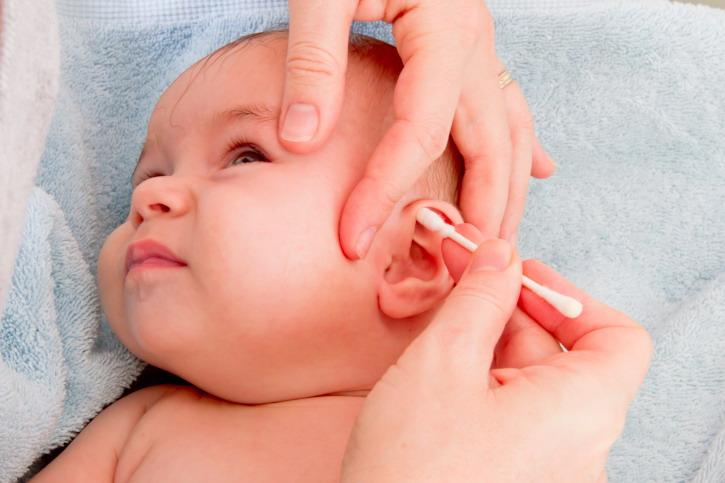 Kiat Membersihkan Telinga Bayi