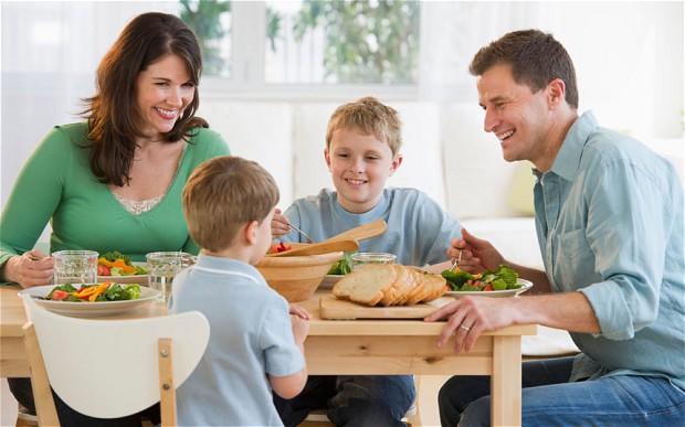 Mengajarkan Sopan Santun Saat Makan pada Batita